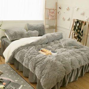 Duvet o edredon de felpa gris que sirve como cobija termica ebani ropa de cama