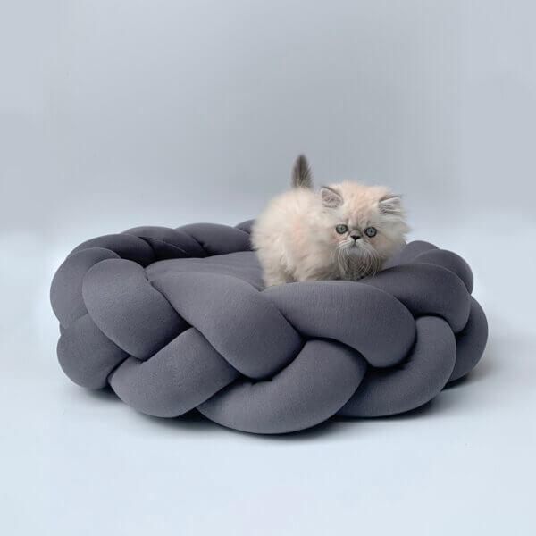 Cama para gato o perro tipo trenza color gris jaspe Ebani Colombia tienda online de decoración y mobiliario Binni