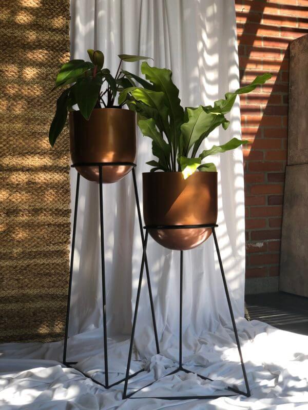Matera Omen negra con maceta color cobre en cupula