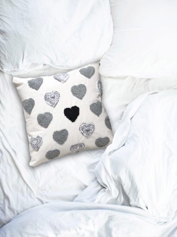 Cojín decorativo artesanal corazones