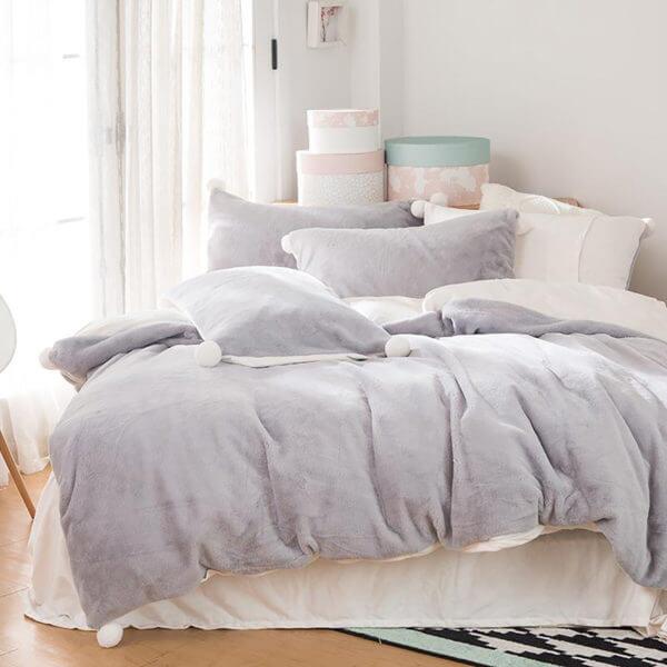 Duvet + Fundas térmico en piel de durazno gris claro de pompones blancos (sin cojines, sin plumón)