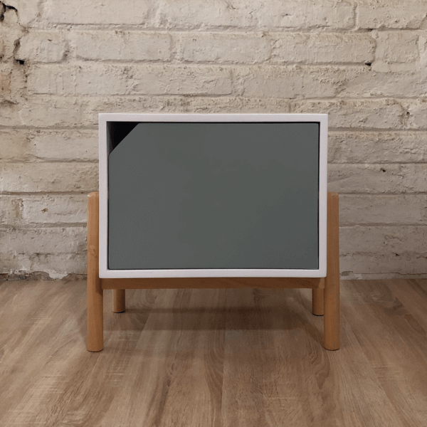 Mesa de noche o nochero nórdico Conti blanco con cajón gris